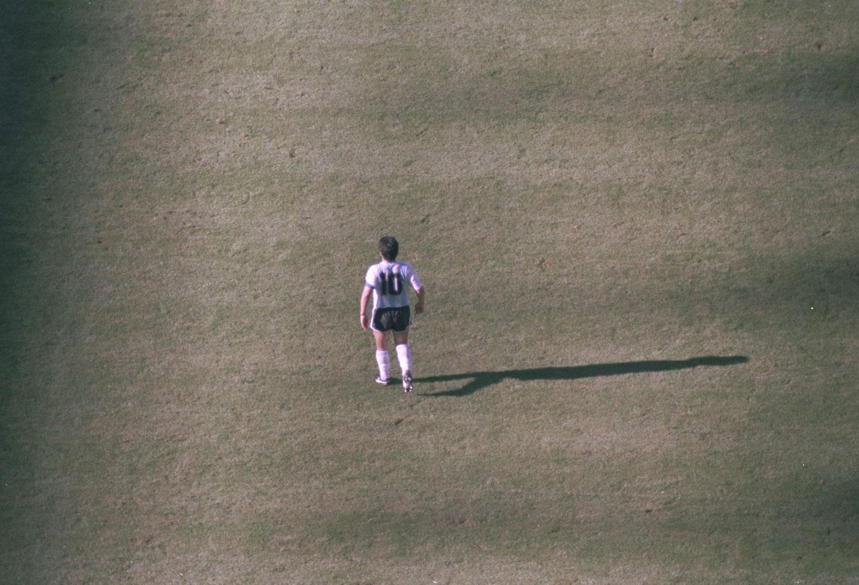 Maradona caminando en la cancha en el partido inaugural del Mundial '90 contra Camerún. ©Allsport /Allsport.