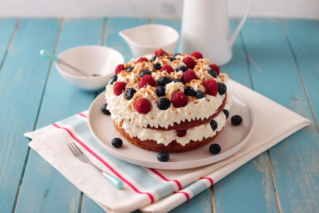 tarta de almendras, frambuesas y arándanos