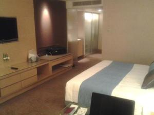 Holiday Inn Bangkok Silom bed and tv