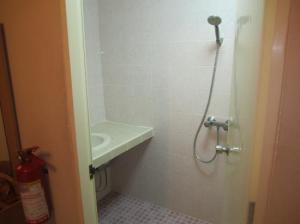 Karon Sunshine Guesthouse shower and bathroom