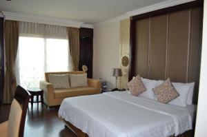 LK Renaissance Hotel bedroom