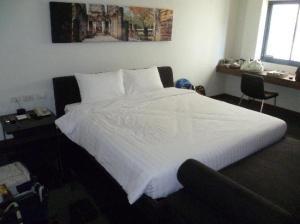 S33 Compact Sukhumvit Hotel bedroom