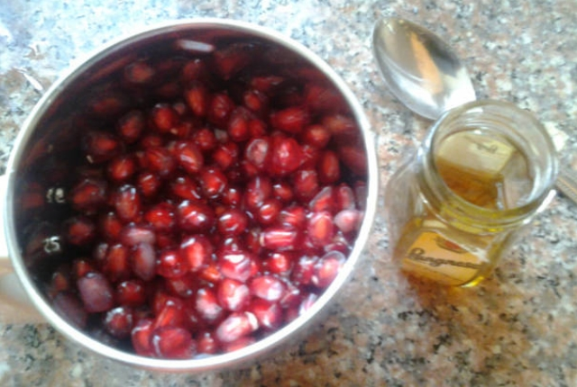 Pomegranate And Honey Face Mask