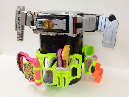 仮面ライダーの変身ベルトが飾れる『ディスプレイ台座』