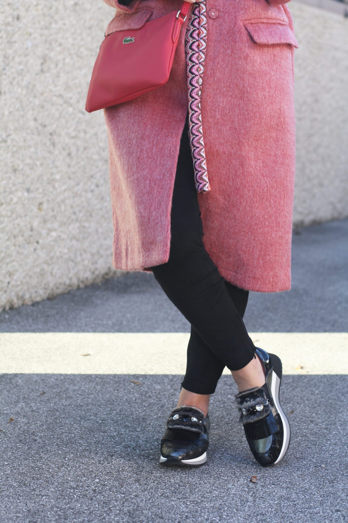 Pinker Mantel H+M und coole Fell Sneakers Madeleine 50plus Blogger LadyofStyle