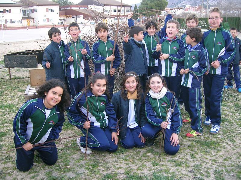 Los alumnos de 5º de Primaria preparan la hoguera para la festividad de San Antón