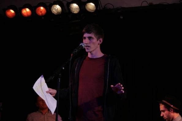 Der Gewinner Simon trägt seinen Text vor