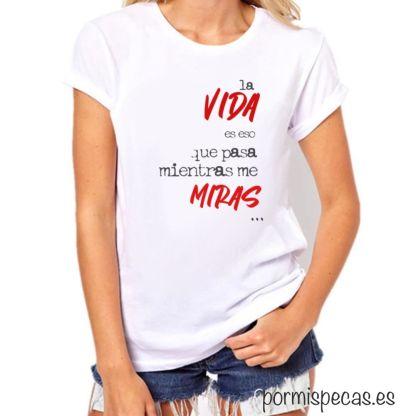 Camisetas con frases la vida es eso que pasa mientras me miras, camisetas bonitas, camisetas ilustradas, camisetas con mensaje, camisetas mujer, outfit, beerday, la vida es asi, outfits, que me pongo hoy