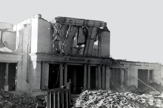 Segundo momento del derribo de la fachada principal de la Casa Cuna