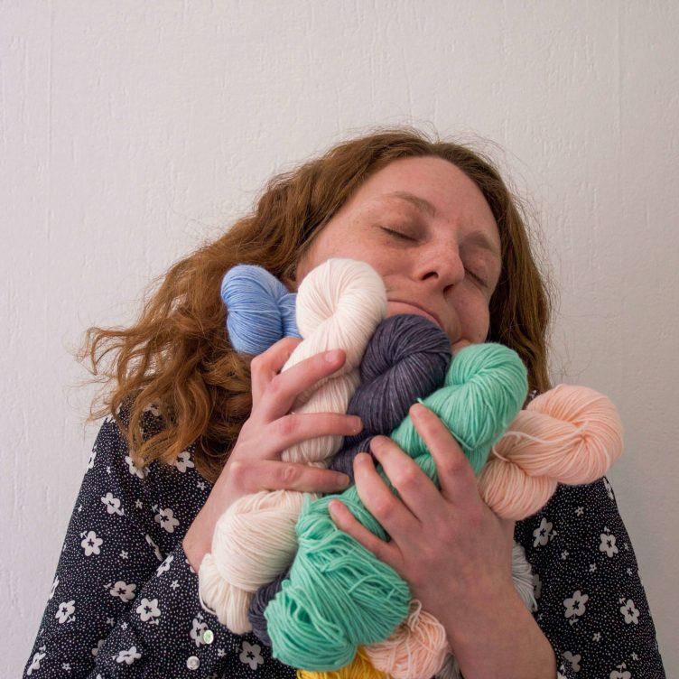 Marie fait un câlin à sa laine