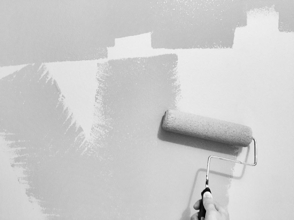 peindre une couche d'apprêt pour préparer le mur