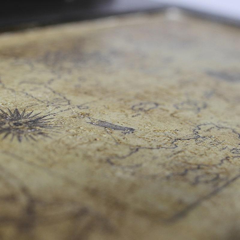 Détail d'une carte sur un Davenport entièrement peinte et patinée à la main par La Fée Caséine