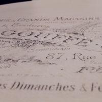 Détail d'un publicitaire vintage pour les meubles gouffé sur le plateau d'un guéridon relooké par La Fée Caséine