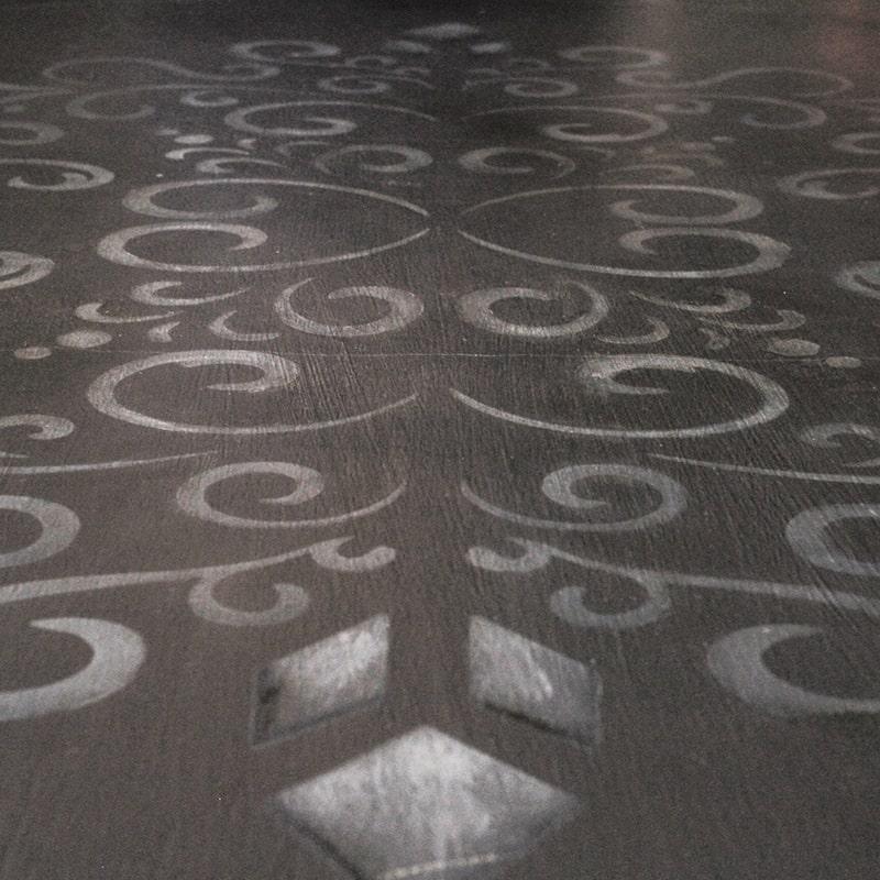 motif peint sur le plateau d'une table entièrement peinte et patinée à la main par La Fée Caséine