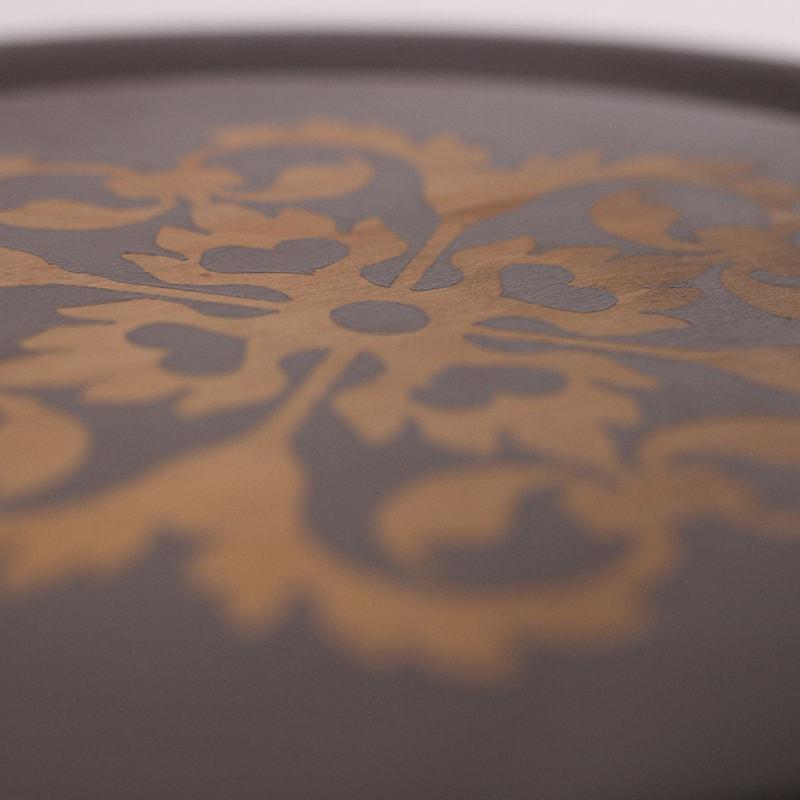 détail d'une sellette grise cendrée avec motif bois sur plateau entièrement peinte et patinée à la main pas La Fée Caséine