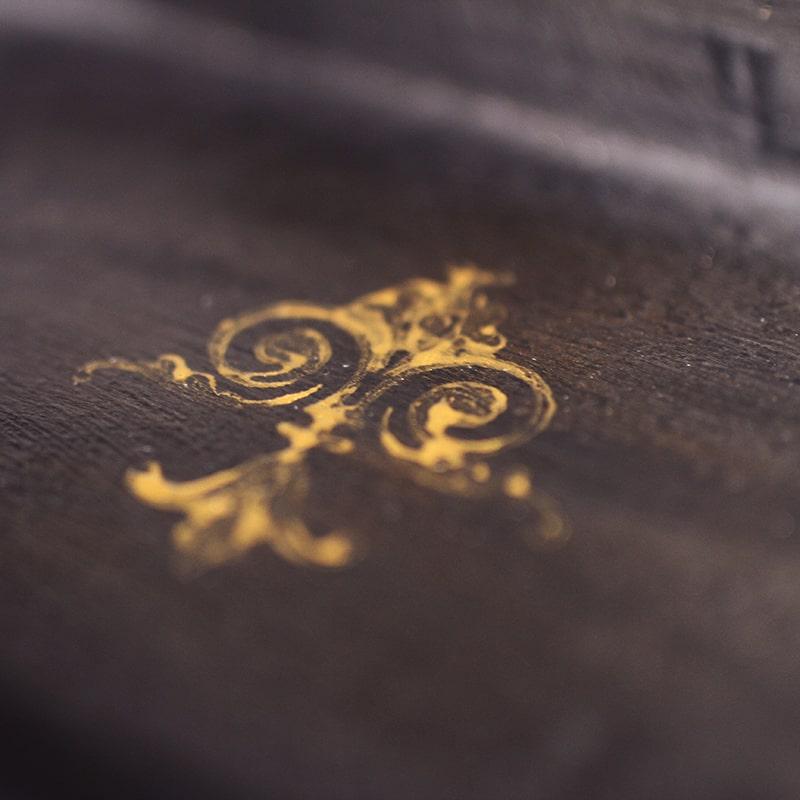 détail doré d'un valet de nuit entièrement peinte et patinée à la main par La Fée Caséine