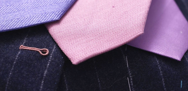 boutonniere brodee couleur costume marie personnalisation - La Fiancee du Panda Blog Mariage et Lifestyle