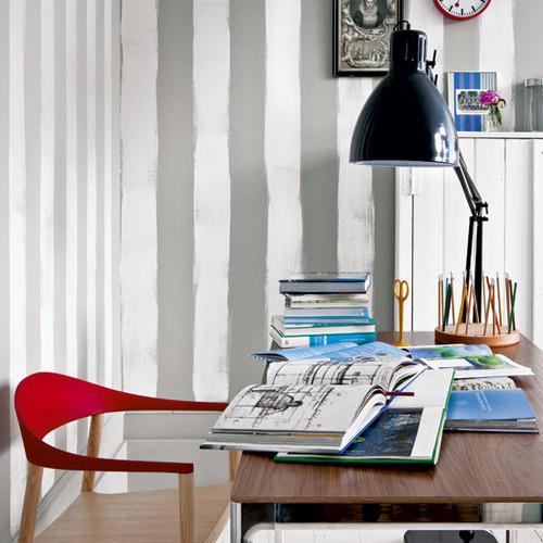 Cucina con carta da parati a righe verticali in colore bianco grigio. Le Mille Righe La Figurina