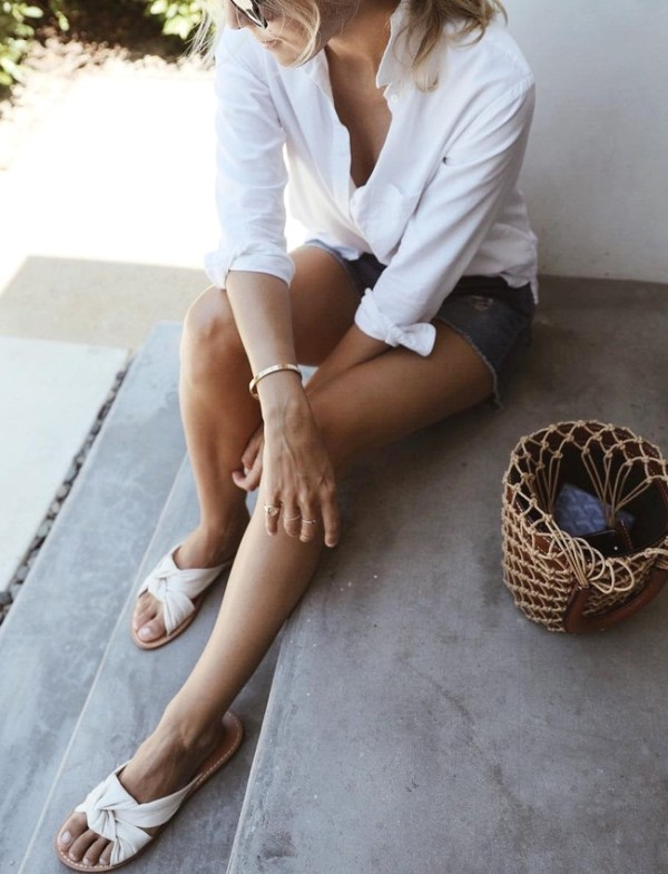 la paire de claquettes est un article indispensable mode de l'été