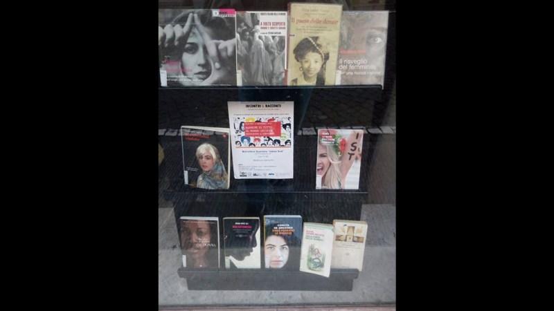 Udine, la vetrina di una libreria in centro.