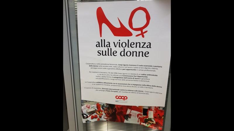 Genova, supermercato COOP, manifesto presso le casse.