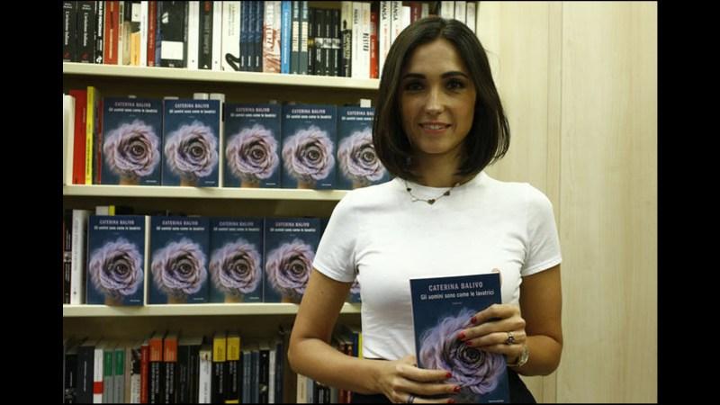 """Caterina Balivo e il suo libro """"Gli uomini sono come le lavatrici""""."""