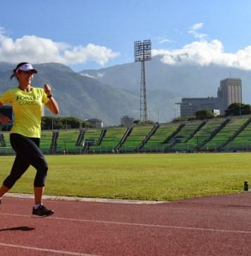 Mujer corriendo en pista