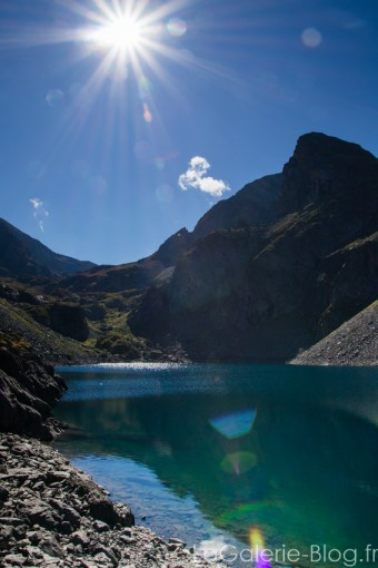 vue sur le lac bleu et soleil