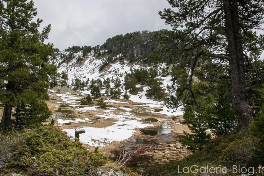 la neige toujours sur le sentier du lac achard