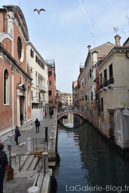 vue sur un petit canal a venise et un des ponts