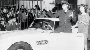 Elvis Presley et sa BMW 507 blanche qu'il fera repeindre en rouge.