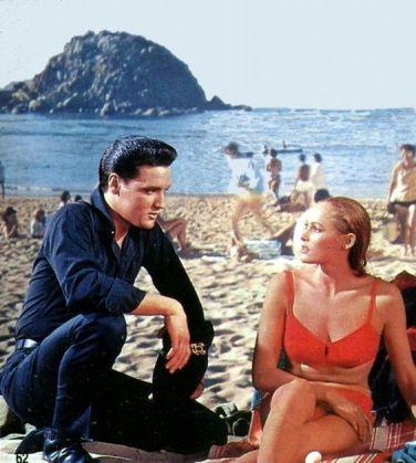 "Elvis Presley et Ursula Andress dans ""L'idole d'Acapulco"""
