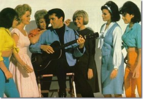 Raquel Welch en robe bleur dans Roustabout avec Elvis en 1964