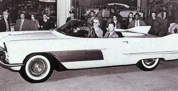 Ronald Reagan dans la Cadillac LaEspada concept car en 1954