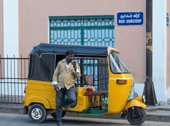 AUTORISCIÒ (INDIA) – Ideale per muoversi nelle strade indiane, ha un motore meno potente di un taxi e si muove su tre ruote. Comodità e stabilità non sono il massimo ma offre protezione dal sole e dalla pioggia. È il mezzo di trasporto ideale per i turisti, sia per l'originalità che per i costi ridotti.
