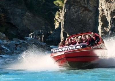 SHOTOVER JET (AUSTRALIA) – Tra i mezzi di trasporto più strani al mondo c'è questo motoscafo rosso che passa tra i canyon del fiume Shotover a tutta velocità. Un'esperienza adrenalinica che toglie il fiato: chi l'ha provata dice sia indimenticabile.