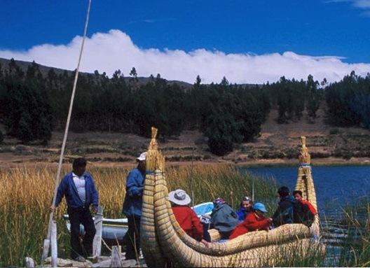 BARCO DE TOTORA (BOLIVIA) – È uno dei mezzi caratteristici del Lago Titicaca. Realizzata con canne di totora – una pianta che cresce allo stato brado nelle acque del lago – è utilizzata dai turisti che vogliono provare l'esperienza di vivere e muoversi in acqua come i locali.