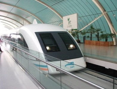 TRENO A LEVITAZIONE MAGNETICA (CINA) – È un tipo di treno che, grazie alla levitazione magnetica, viaggia senza toccare le rotaie. Si chiama MagLev e, a Shanghai, collega la città con l'aeroporto. Il mezzo percorre 33 chilometri in 7 minuti e 20 secondi con una velocità massima di 501,5 km/h e una velocità media di 250 km/h.