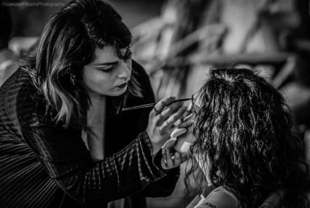 Mariacristina D'Amico al lavoro sul set. Foto di Giuseppe Filippini