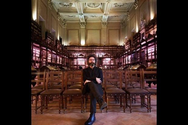 Simone Cristicchi in una sala vuota