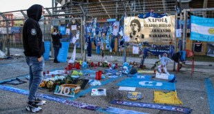 Mirko Stella allo Stadio San Paolo per omaggiare Maradona