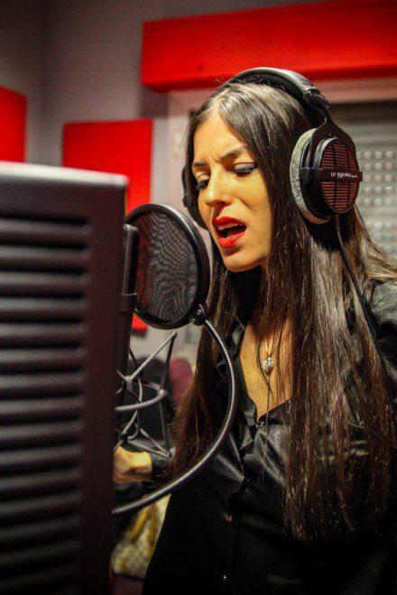 Sara Tommasi in studio di registrazione
