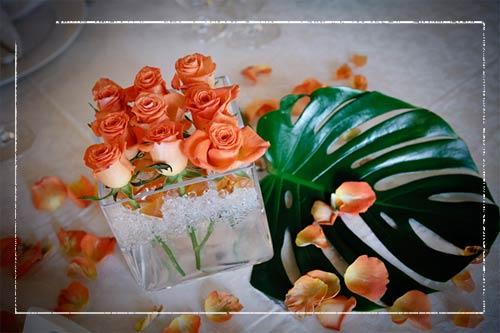 centrotavola-con-rose-arancio-galleggianti