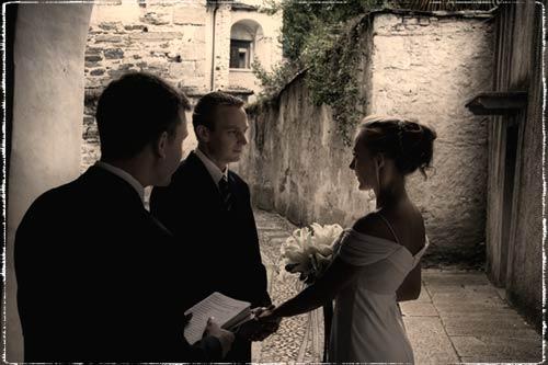Matrimonio Simbolico All Estero : Un ™intima cerimonia simbolica sulla riva del lago all