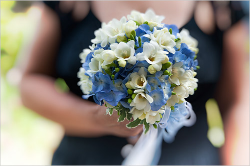 Bomboniera Matrimonio Azzurro : Bouquet da sposa con fiori azzurri ortensie e fresie