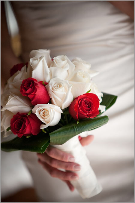 bouquet-sposa-rose-rosse-crema