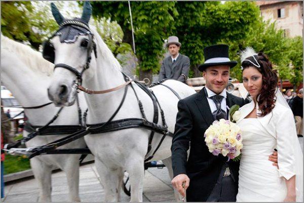 matrimonio in carrozza con cavalli bianchi a Orta