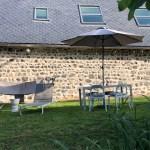 Présentation extérieure côté détente du gîte la grange des puys à la location à Beaune le Chaud