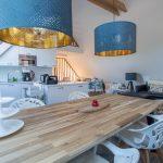 Présentation intérieure côté table à manger du gîte la grange des puys à la location à Beaune le Chaud