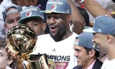 Le roi tient sa couronne